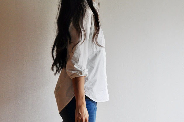 simple-outfit-white-button-up-and-blue-jeans